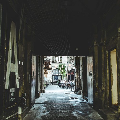 On trouve quoi au coin des rues ?