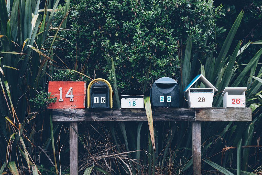 Boites aux lettres de différentes tailles et couleurs en Nouvelle-Zélande